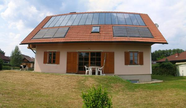 South view zero energy house in Styria Vulaknland On the upper part of the roof are 48 squaremeter solar collector. Below left and right 24 photovoltaic modules with together 2.1 kW peak