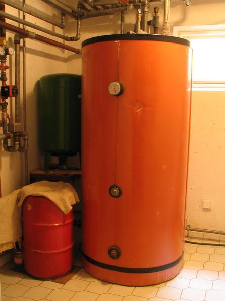 Warm water storage By the big saison storage in the garden, the 500 liter boiler is heated.