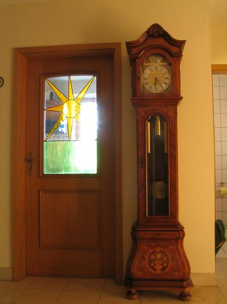 Minster pendulum clock In the antechamber between guest bathroom and kitchen door is this Minster clock. On the kitchen door is a picture created in a special glas drawing technic.