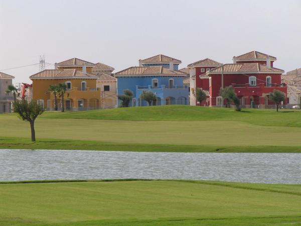 Summer cottages in the golf course Directly in the golf course are the rows of the houses. Here one sees behind the aquatic obstacle in the golf course 3 villas of the type Perdiguera are to be seen.