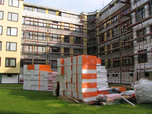 Oil price record helps to save energy Just at new record heights, this thermic desolate residential building gets suddenly a partway usefull thermic insulation.