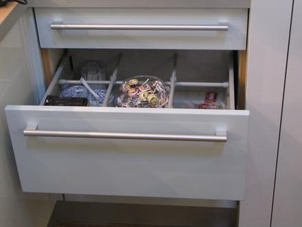 Kitchen drawer with special fitting About 10 cms before the touch, the lively push in drawer becomes all at once much slower. A special drawer fitting provides for this feature. Picture 1