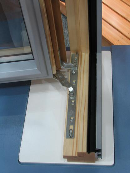 Window fitting uninterrupted seal At normal hinges is the seal interrupted at the hinge. This fitting used at high quality windows makes an uninterrupted seal all around possible.