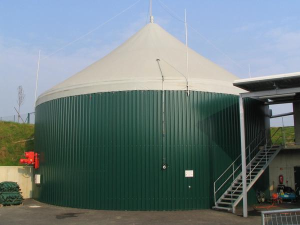 Second fermenter 1500 m³ The tent roof serves as a gas storage. The storage can store the produced gas for 11.5 hours. At the moment electricity and heat is produced with the gas in a 500 kW gas engine.