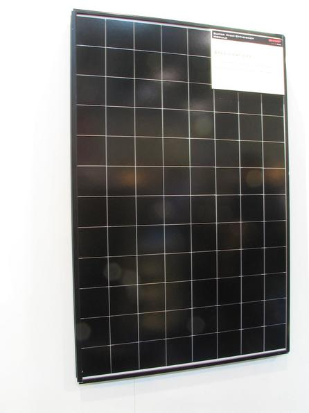 Fashion color black: new photovoltaic with more achievement With an increase in output of the crystalline silicon cells also there came a color change. Instead of up to now blue gleaming, present the new cells in deep black.
