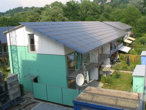 Row houses as energy producers A roof which produces no electric power is a waste! In 20 years a roof without photovoltaic will already probably activate a big unrest about the inhabitants of the house.