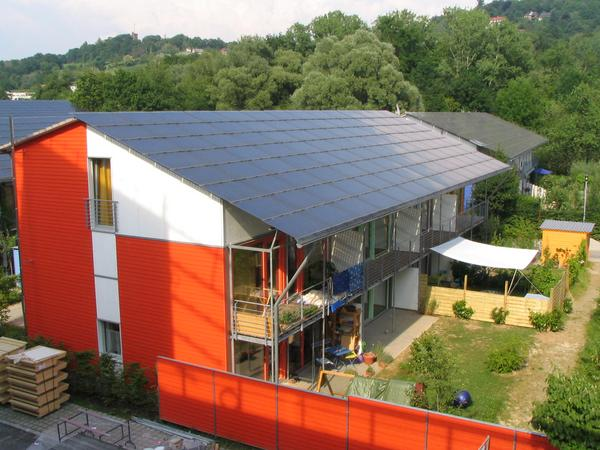 Row house to the electric power production The shade on the row house comes from the solar ship. This shadows the settlement also from the street noise of Merzhauserstraße. The whole roof is photovoltaic.